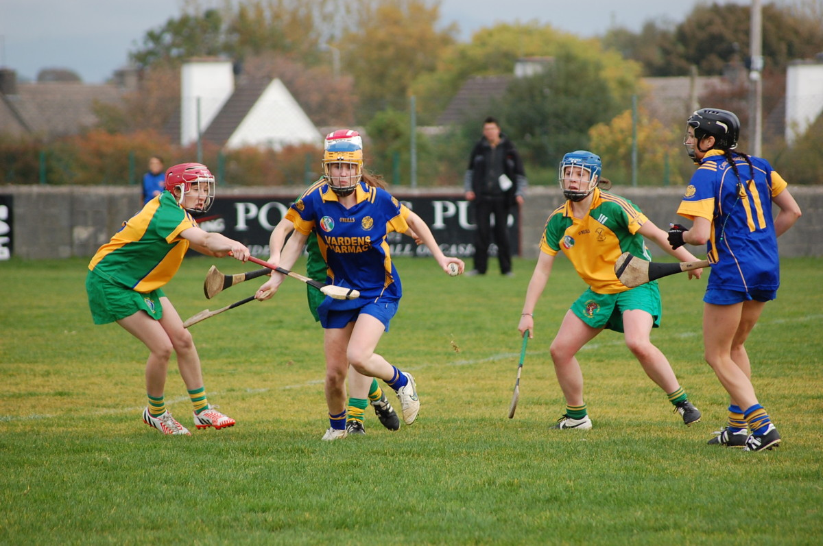 Jenny Kelly under pressure from Andrea O'Keeffe. Picture: Veronica McMahon