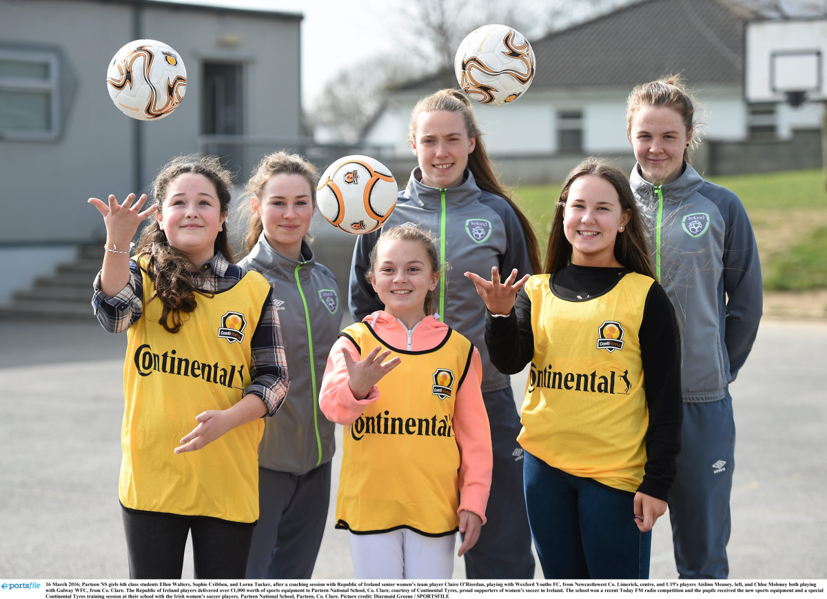 Parteen NS girls 6th class students Ellen Walters, Sophie Cribben, and Lorna Tucker, after a coaching session with Republic of Ireland senior women's team player Claire O'Riordan, playing with Wexford Youths FC, from Newcastlewest Co. Limerick, centre, and U19's players Aislinn Meaney, left, and Chloe Moloney both playing with Galway WFC, from Co. Clare. Picture credit: Diarmuid Greene / SPORTSFILE