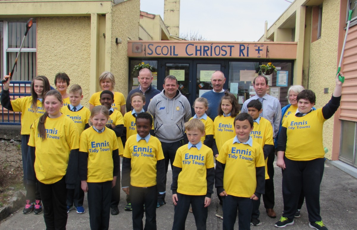 Staff and students of Scoil Chríost Rí in Cloughleigh pictured with Ennis Tidy Towns Committee members, Clare County Council staff and Clare Senior Hurling Manager Davy Fitzgerald at the launch of this year's clean-up.