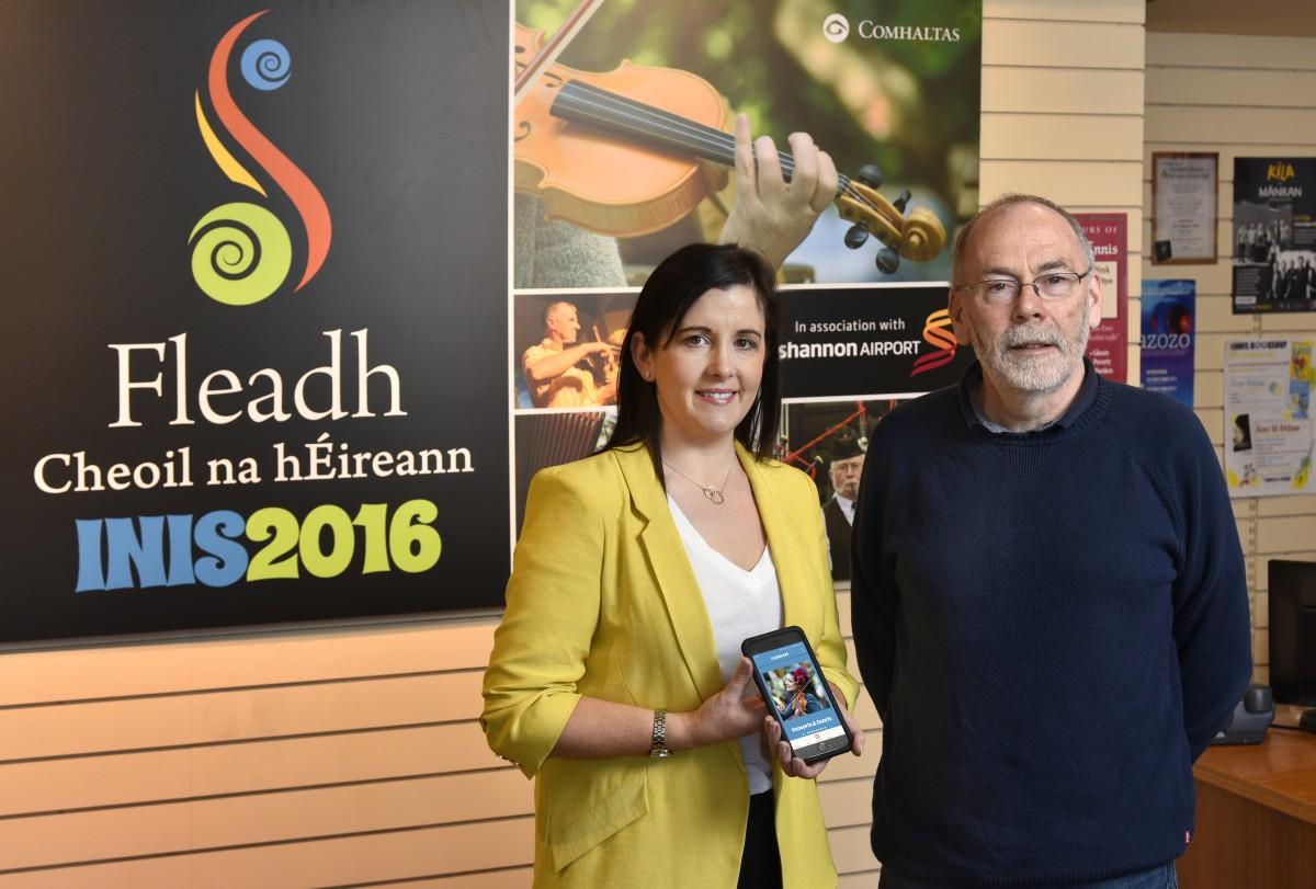 Cathaoirleach na bhFleidhe Mícheál Ó Riabhaigh i dteannta Geraldine Minogue, Acton Web, forbróir an Fleadh App